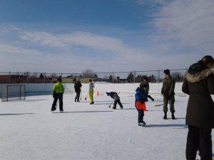 des membres de la communauté utilisant le patinoire communautaire