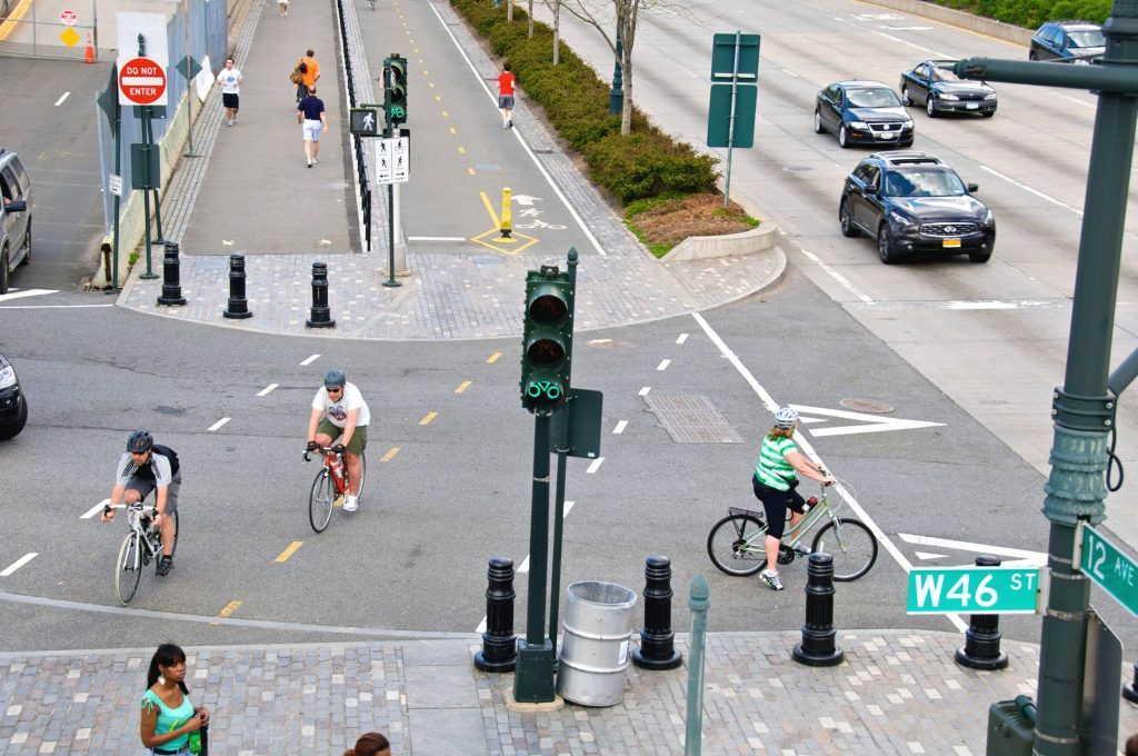 image d'une piste cyclable dans une ville - piétons, voitures, cyclistes ensemble avec leurs propres voies.