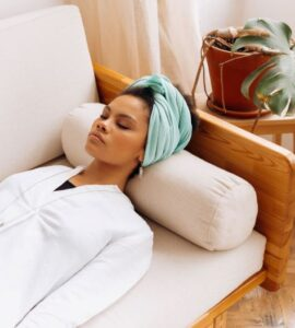 une femme qui se relaxe sur un divan.